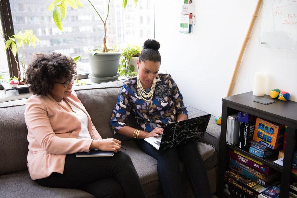 discussion entre deux femmes sur un canapé