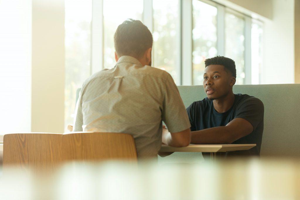 deux hommes en train de discuter
