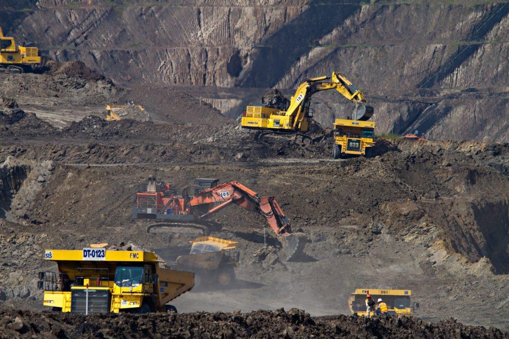 mine de charbon avec des tractopelles