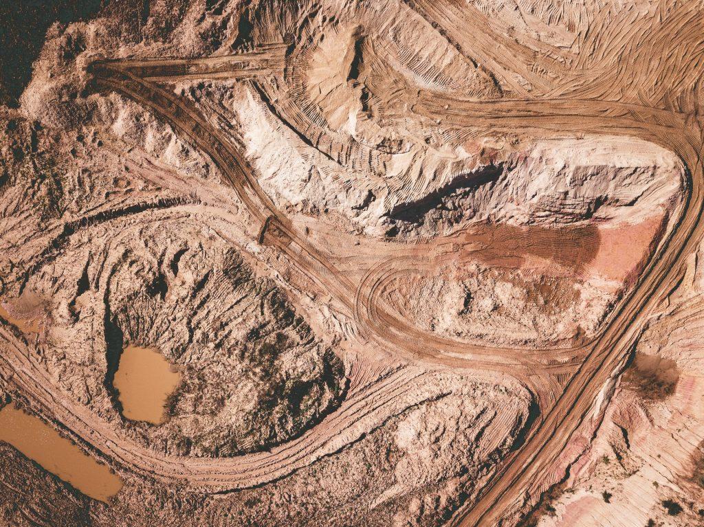 chemin au dessus d'une mine